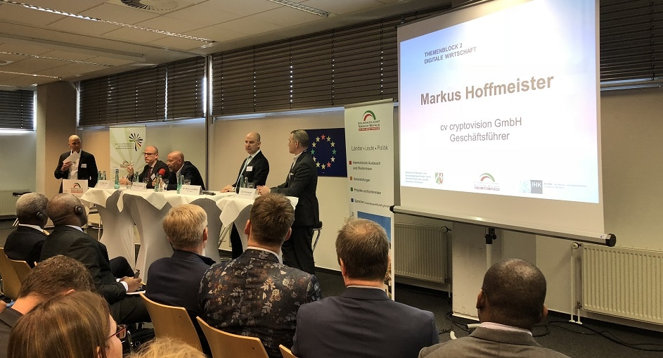 Markus Hoffmeister diskutiert beim Afrika-Forum – vor prominentem Gast